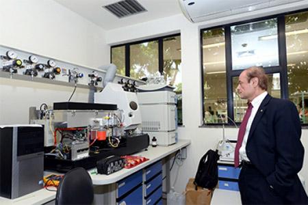 O vice-reitor e diretor do Escritório de Assuntos Internacionais e Transnacionais da UMASS Boston, Schuyler Korban, visita laboratórios da Ensp