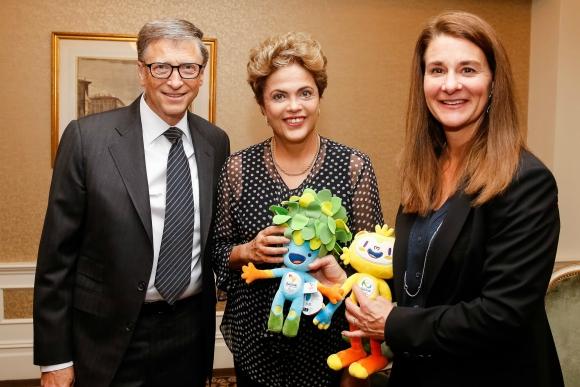 Dilma presenteou o casal com as mascotes dos Jogos Rio 2016. Foto: Roberto Stuckert Filho/PR